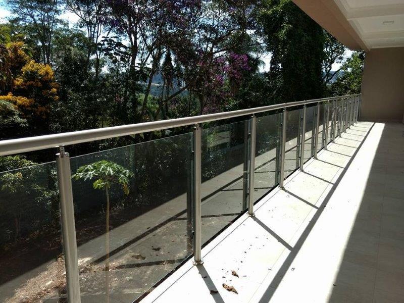 Guarda-corpo em alumínio e vidro
